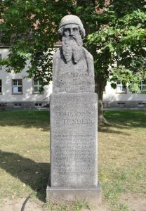Erst seit der Wiedergründung im Jahre 1946 der Namensgeber der Universität: Johannes Gutenberg, Büste im Eingangsbereich (r.); Foto: Frank