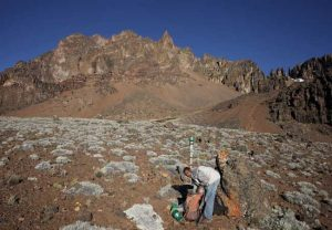 Feldassistent bei der Markierung und Einmessung einer Messfläche am Kilimandscharo auf 4700 m Höhe – die höchste Untersuchungsfläche des Projektes. Foto: Andreas Hemp