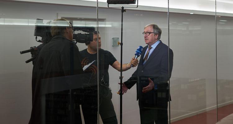 Gefragter Mann: Prof. Rudolf Egg im Interview mit der Tagesschau-Redaktion vor der Bürger-Uni-Veranstaltung; ©Benjamin André
