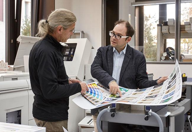 Alexeev im Gespräch mit Jürgen Scheifler vom HRZ-Druckzentrum; Foto: Lecher