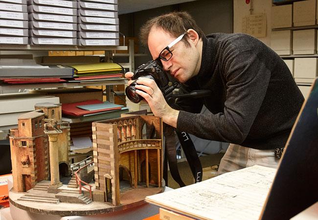 Alexeev auf der Suche nach Motiven für die neuen Studiengangsbroschüren; Foto: Lecher