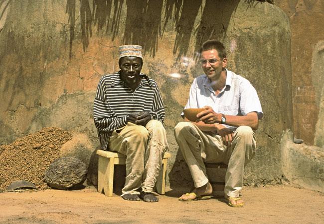 Begegnung in Kollo-Zekka, Burkina Faso, September 2005: Hans Peter Hahn im Gespräch mit dem Dorf-Delegierten Matthias Cirapia; Foto: Hans Peter Hahn