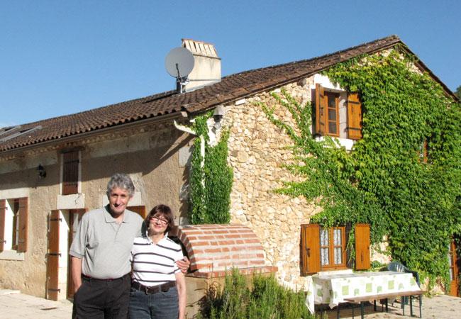 Tim und Claudia Pillar vor ihrem Haus in der Aquitaine; Foto: privat
