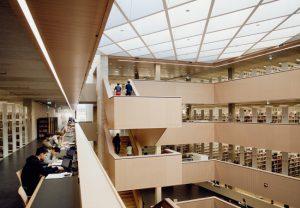 Das Atrium der Universitäts- und Landesbibliothek (UL B) Stadtmitte, die 2012 eröffnet wurde. Foto: Katrin Binner