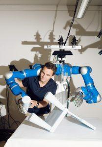 Der Informatiker Prof. Dr. Jan Peters entwickelt zusammen mit seinem Team Lernalgorithmen für humanoide Roboter. Foto: Katrin Binner