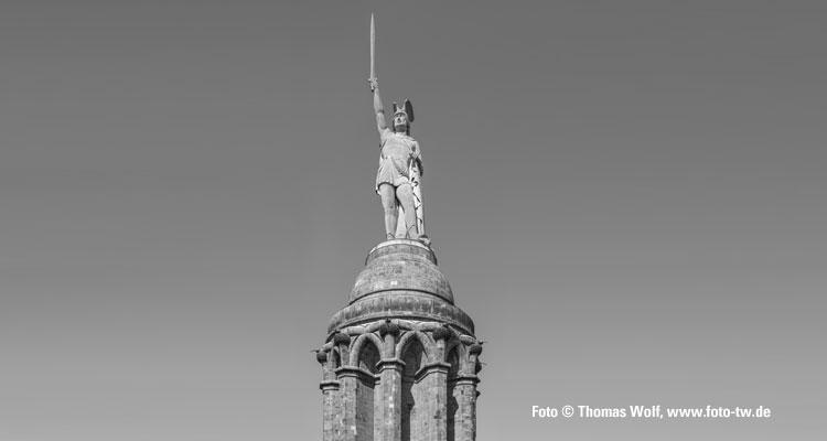 Das Hermannsdenkmal im Teutoburger Wald, höchste Statue in Deutschland – allerdings am falschen Platz: Es erinnert an den Cheruskerfürsten Arminius, der im Jahre 9 n. Chr. den römischen Legionen hier eine empfindliche Niederlage beigebracht haben soll. Inzwischen meinen die Experten: Die Varusschlacht fand nicht hier, sondern bei Kalkriese im Osnabrücker Land statt, etwa 100 Kilometer nordwestlich vom Hermannsdenkmal; Foto © Thomas Wolf, www.foto-tw.de, CC BY-SA 3.0 DE, Creative-Commons-Lizenz