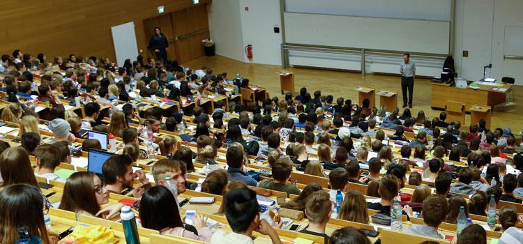 Damit alle Erstsemester in seiner Vorlesung Platz finden, lässt Prof. Uwe Hassler seine Lehrveranstaltung per Video in einen zweiten Hörsaal übertragen; Foto: Uwe Dettmar