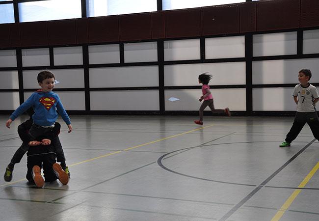 """Flitzen, fangen und befreien: Die Kinder spielen """"Bakterien"""". (Foto: Folkerts)"""