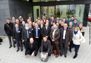 Researchers in the new CRC/TR from Bielefeld, Darmstadt and Frankfurt. In the first row: Spokesperson Prof. Dirk Rischke, Goethe University Frankfurt (centre) and deputy spokespersons Prof. Jochen Wambach, TU Darmstadt (second from the right) and Prof. Frithjof Karsch, Bielefeld University (second from the left). Photo: Hauke Sandmeyer (Bielefeld University)