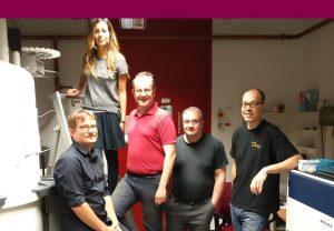 Die beteiligten Forscher Dr. Boris Fürtig (von links), Sara Keyhani, Prof. Harald Schwalbe, Prof. Dr. Jens Wöhnert und Dr. Florian Sochor vor einem der Spektrometer, mit denen die Messungen gemacht wurden. Foto: Daniel Hymon