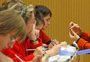 Beispielbild: Dr. Heidi Höfer und Studierende im Erstsemester-Praktikum (u. a. Zeichnen von Kristallstrukturen); Foto: Lecher