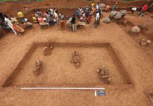 Im Zentrum eine Terrakotta-Deponierung, die von weiteren Deponierungen und von als Gräber interpretierten Steinsetzungen mit ganzen Gefäßen umgeben ist (Ifana 3). (Foto: Breunig)