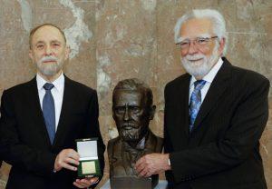 Anthony Cerami (rechts) und David Wallach erhalten den Paul Ehrlich- und Ludwig Darmstaedter-Preis 2018.