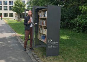 """Prof. Birgitta Wolff spendet den """"ersten Meter"""" Bücher zur Einweihung des Bücherschranks auf dem Campus Westend"""