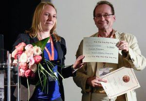 Hannah Petersen und Tamás Sándor Bíró von der Zimanyi-Foundation bei der Preisverleihung in Venedig. Foto: Rosario Turrisi