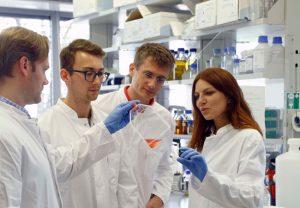 Das Team von Manuel Kaulich (2.v.l.) im Labor. Foto: Uwe Dettmar