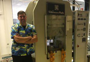 Prof. Horst Marschall vor einer der Hochdruckpressen im Institut für Geowissenschaften, mit denen die Entstehung von Einschlüssen in Diamanten simuliert werden. Bild: Horst Marschall, Goethe-Universität