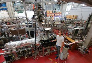 Foto des COLTRIMS-Reaktionsmikroskops, das Alexander Hartung im Rahmen seiner Doktorarbeit aufgebaut hat, in der Experimentierhalle des FB Physik. Copyright: Alexander Hartung