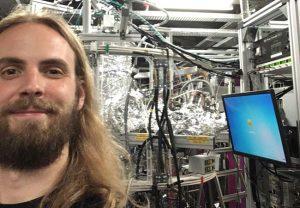 Selfie von Max Kircher vor dem COLTRIMS-Reaktionsmikroskop