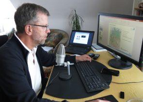 Jürgen Wunderlich am heimischen Rechner bei der Vorbereitung der Online-Lehre.