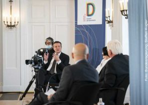 """9. Forum Bellevue zur Zukunft der Demokratie: """"Testfall Corona – Wie geht es unserer Demokratie?"""" – Diskussion mit Rainer Forst, Herta Müller und Daniel Ziblatt"""