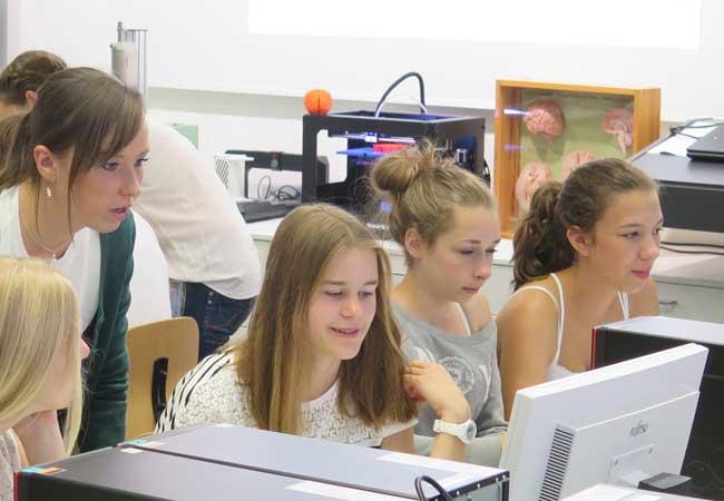 chülerinnen vor dem Computer