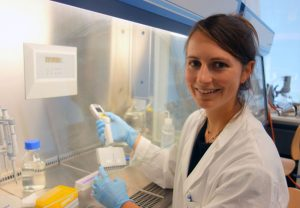 Lisa Zimmermann, Goethe-Universität, testet chemische Substanzen aus Bioplastik an kultivierten Zellen. Foto: ISOE