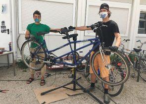Emi Ludwig von der AStA-Fahrradwerkstatt mit einem Kunden - natürlich mit Sicherheitsabstand. (Foto: Imke Folkerts)