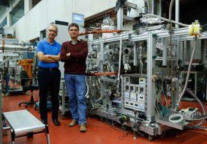 """Prof. Reinhard Dörner (links) und Dr. Maksim Kunitzki vor dem COLTRIMS-Reaktionsmikroskop an der Goethe-Universität Frankfurt, mit dessen Hilfe die """"Quantenwelle"""" beobachtet werden konnte. (Foto: Goethe-Universität Frankfurt)"""