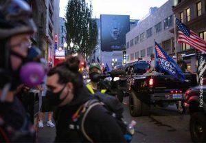 Wenn Konflikte eskalieren: Im Sommer 2020 trafen Demonstranten der Black Lives Matter-Bewegung in Portland/Oregon auf Unterstützer Donald Trumps. Die Auseinandersetzung, in die sich auch die Polizei einschaltete, forderte ein Menschleben. Was läuft schief in solchen Fällen? Wie könnte man die Gewalt künftig verhindern? Mit solchen Fragen befasst sich das Clusterprojekt ConTrust, das in der Vorbereitungsphase der Exzellenzstrategie gefördert wird.