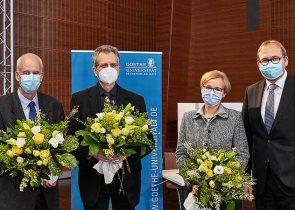 Vom Erweiterten Senat gewähltes neues Präsidialteam mit Uni-Präsident Prof. Enrico Schleiff:  Prof. Bernhard Brüne, Prof. Michael Huth, Prof. Christiane Thompson (v.l.n.r)