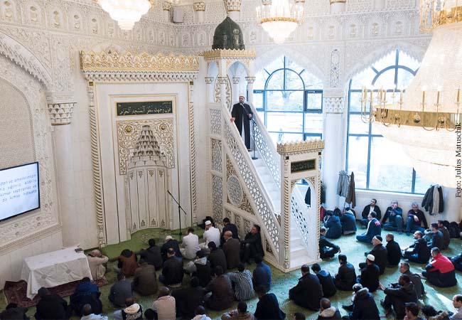 Muslime beim Freitagsgebet in der Moschee im bayerischen Penzberg.