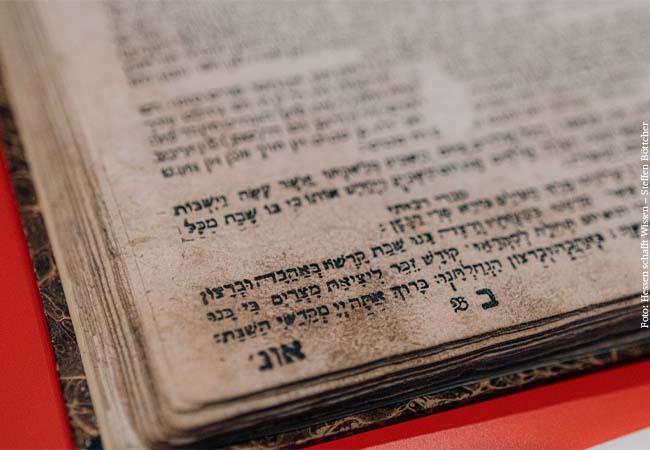 Die Judaica Sammlung der UB ist die umfassendste ihrer Art und war mit Compact Memory und den Jiddischen Drucken eine der ersten Sammlungen an der UB J. C. Senckenberg, die ihre Bestände digitalisierten.