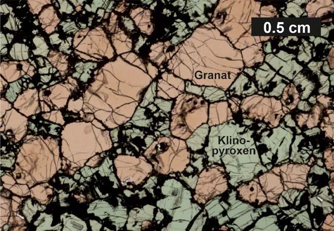 Dickschliff (100 μm) eines Eklogitxenolithen mit seinen Hauptbestandteilen Granat und Klinopyroxen.